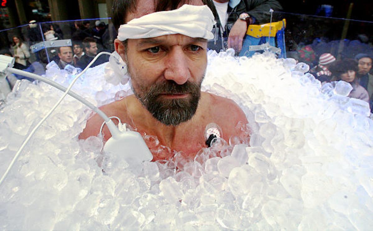 Wim Hof en un baño de hielo