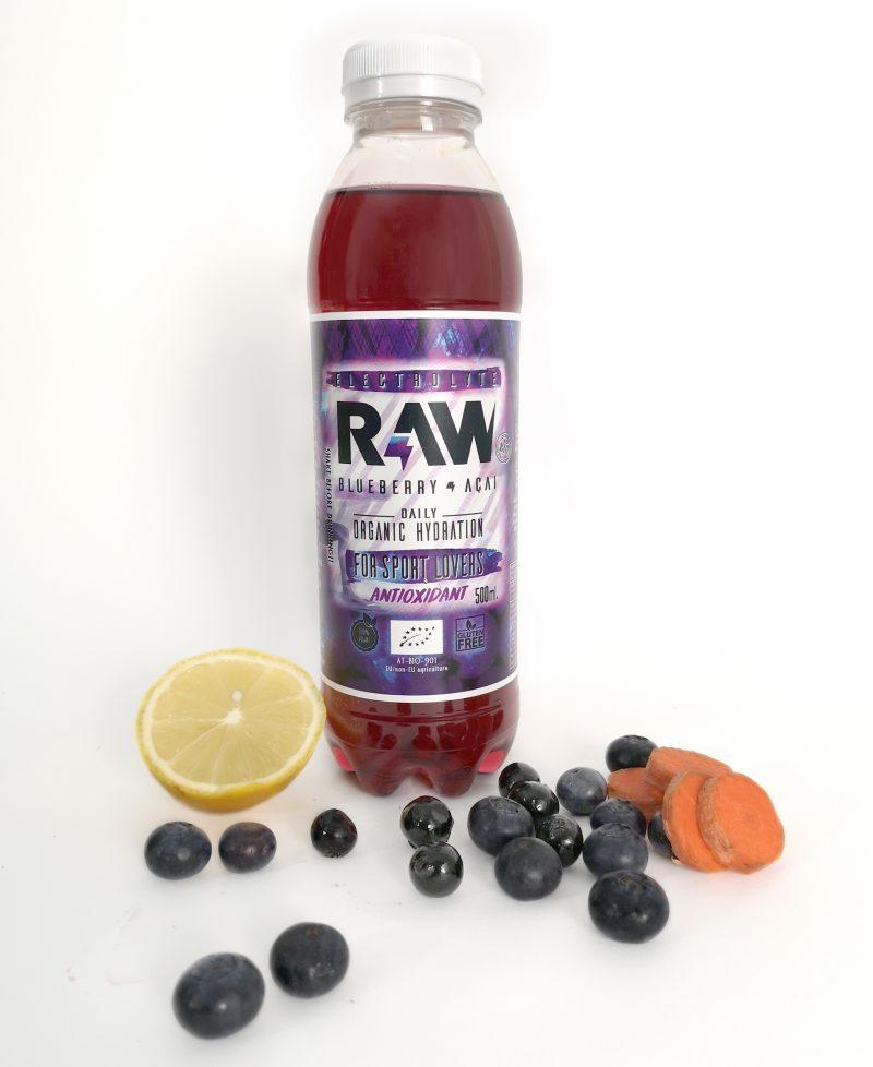 Botella de RAW superdrink con arándanos, limón y zanahoria