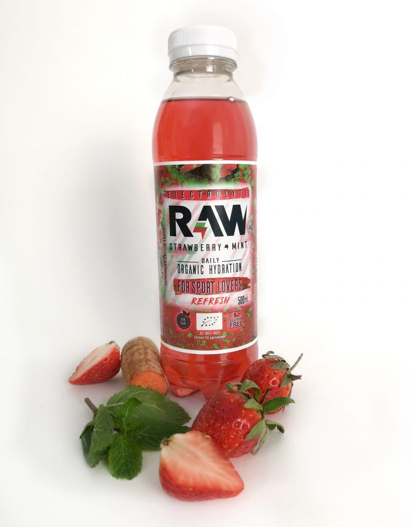 Botella de RAW superdrink con fresas, menta y zanahoria